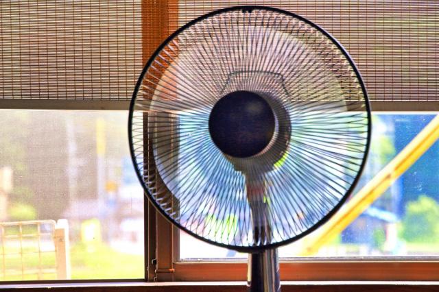 扇風機で暑さ対策する